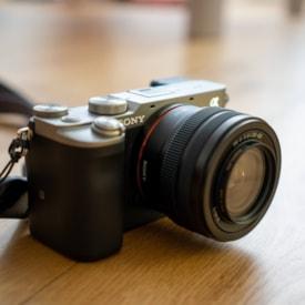 手ブレなし、夜間撮影も楽々!SONY(ソニー)の世界最小・最軽量カメラ『α7c』実写レビュー